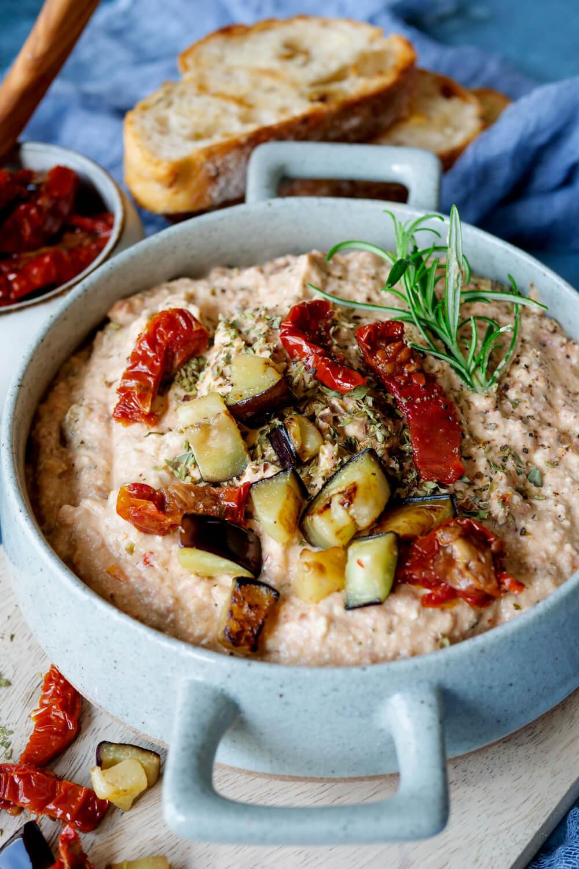 Auberginen-Dip mit getrockneten Tomaten und gebratener Aubergine in der Schale