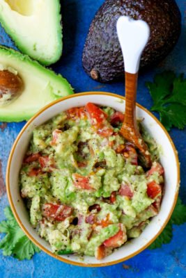 Avocado-Dip mit Tomaten, Limettensaft und Knoblauch