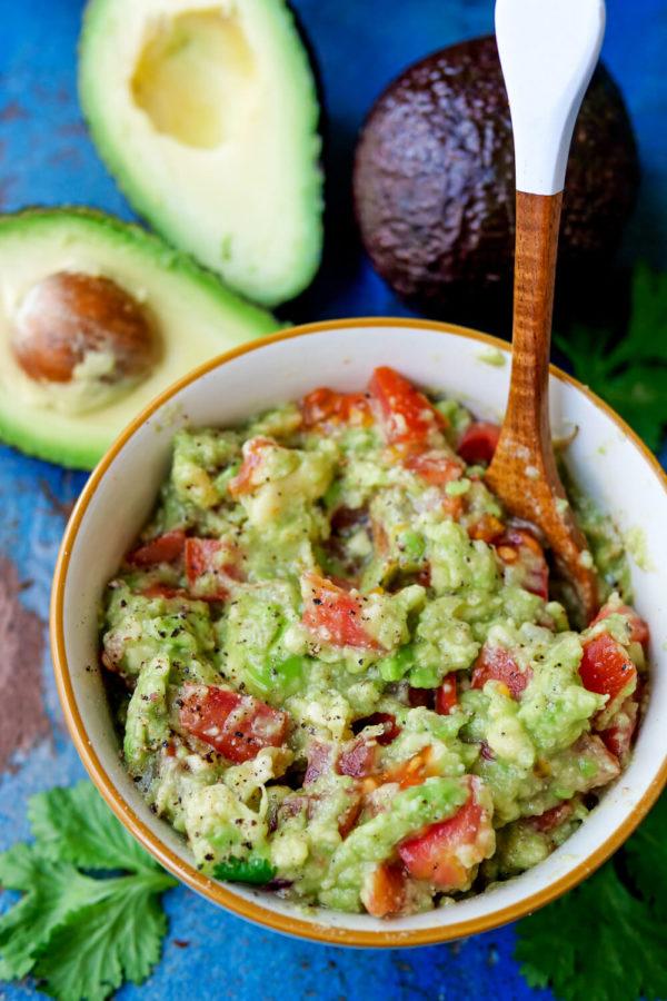Avocado-Dip mit Tomaten, reifer Avocado, Limettensaft und Koriander