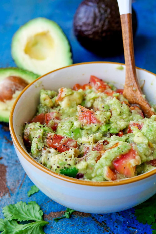 Einfacher Avocado-Dip mit Tomaten und Koriander