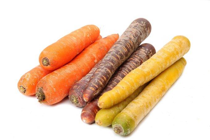 Orange, gelbe und lila Karotten