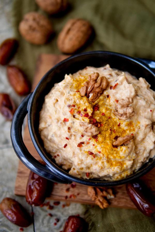Dattel-Curry-Dip mit Frischkäse und Curry, garniert mit Chili und Walnüssen
