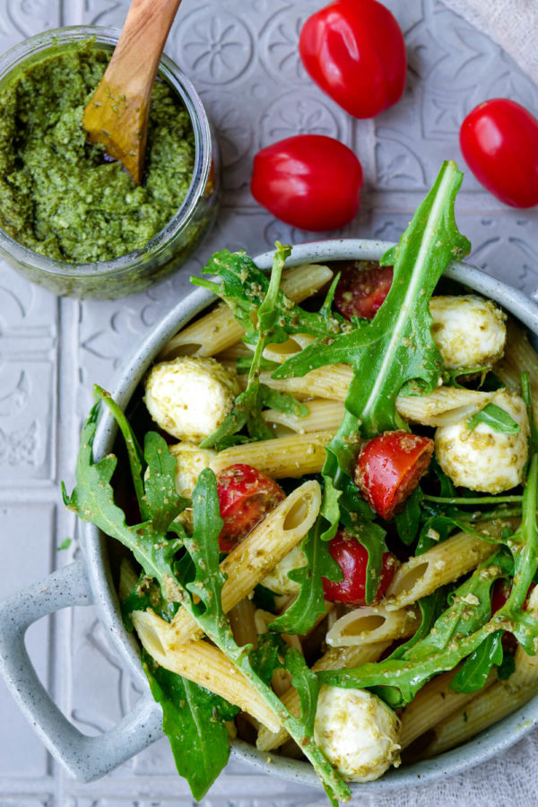 Einfacher Nudelsalat mit Pesto, Tomaten, Rucola und Mozzarella
