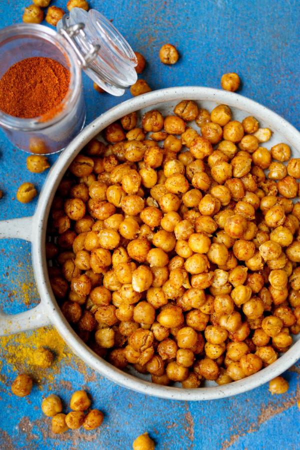 Geröstete Kichererbsen aus dem Backofen in der Schüssel als gesunder Snack