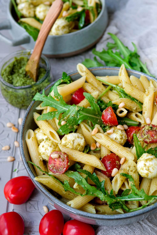 Italienischer Nudelsalat mit Pesto, Tomaten, Rucola, Mozzarella und Pinienkernen