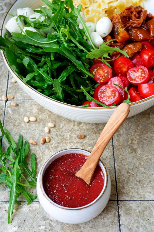 Italienischer Nudelsalat mit einem Dressing aus passierten Tomaten