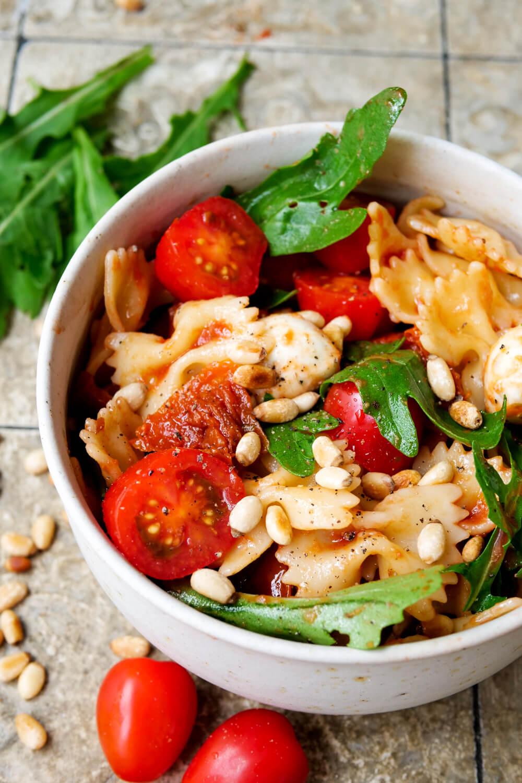 Italienischer Nudelsalat mit Tomaten, Rucola, Mozzarella dun einem Dressing aus passierten Tomaten