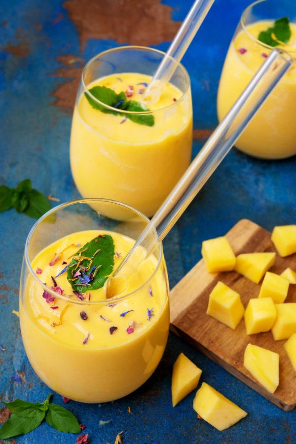 Indischer Mango Lassi mit Mango, Milch, Joghurt und frischer Minze