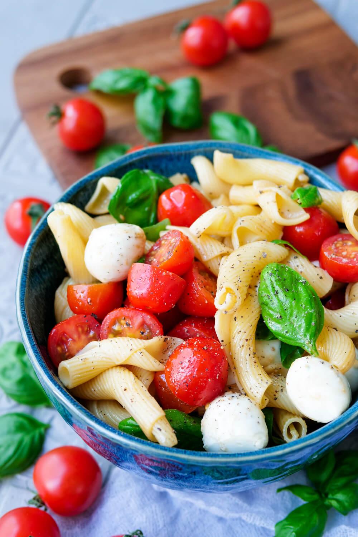 Nudelsalat Caprese mit frischem Basilikum, knackigen Tomaten und Mozzarellakugeln