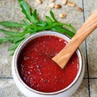 Nudelsalat-Dressing aus passierten Tomaten, Olivenöl, Balsamico, Salz und Pfeffer