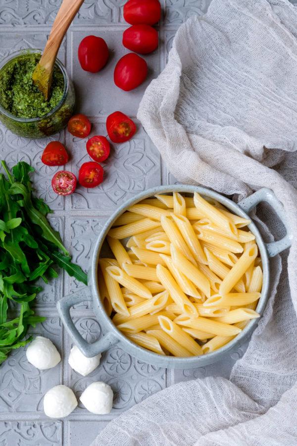Nudeln, Tomaten, Pesto, Rucola, Mozzarella für den einfachen Nudelsalat