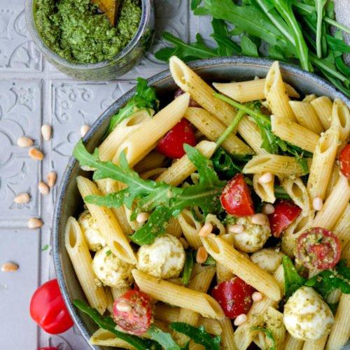 Nudelsalat mit Pesto Rezept mit Mozzarella, Rucola, Tomaten und Pinienkernen
