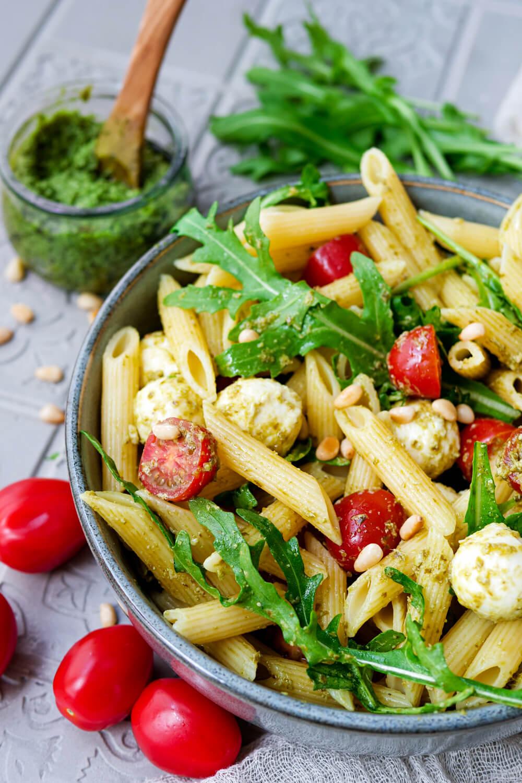 Nudelsalat mit Pesto, Mozzarella, Tomaten, Rucola und Pinienkernen