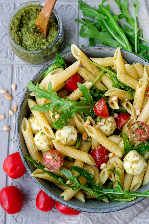 Pesto-Nudelsalat mit Rucola, Tomaten, Mozzarella und Pinienkernen