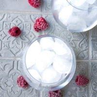 Pink Drink Zubereitung - Eiswürfel im Glas