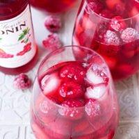 Pink Drink mit Sirup, Eiswürfeln und TK Himbeeren im Glas