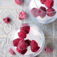 Pink-Drink Zubereitung mit Eiswürfeln und TK-Himbeeren