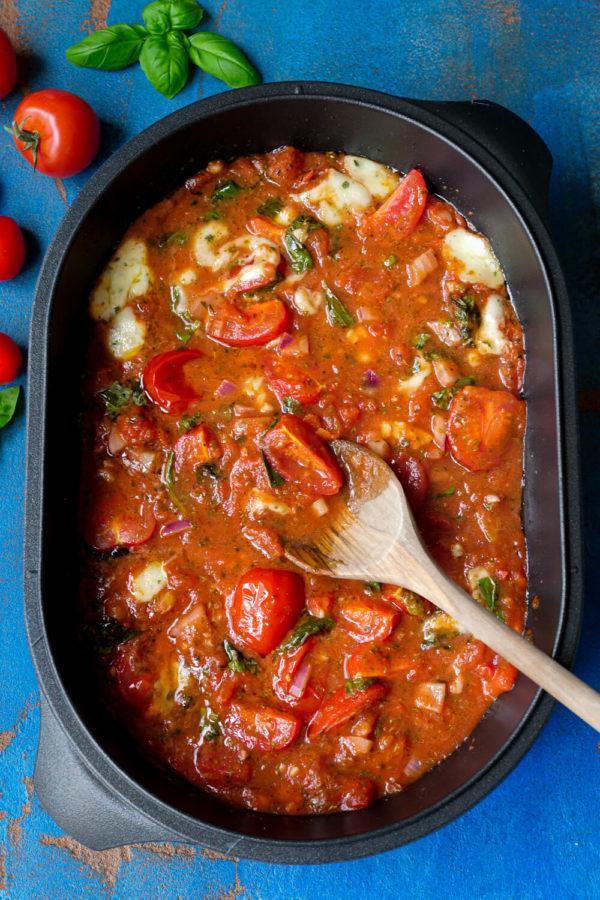 Cremige Sauce mit Tomaten, Basilikum und Mozzarella aus der Auflaufform