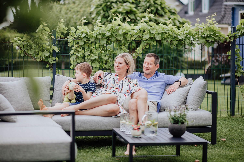 Steffi und Marc Sinzenich mit Sohn im Garten