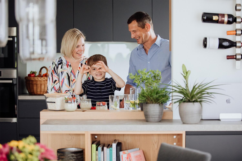 Steffi Sinzenich mit Familie in der Küche
