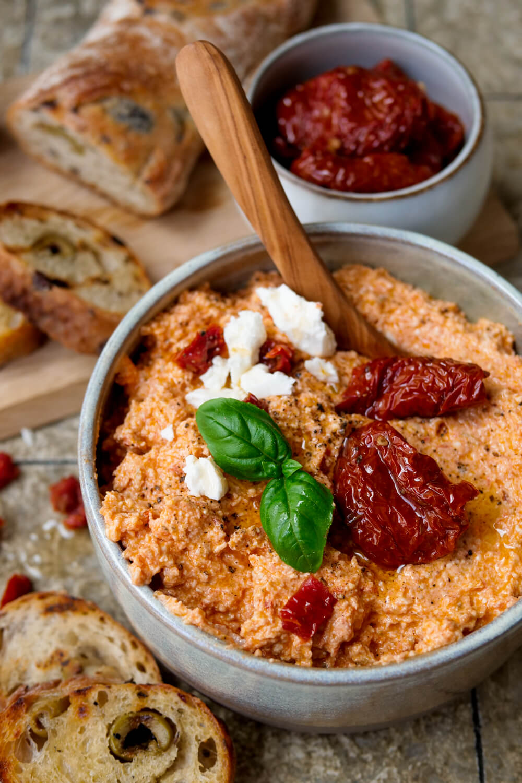 Tomaten-Feta-Dip mit getrockneten Tomaten zu Olivenbaguette