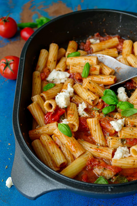 Würzige Tomaten-Mozzarella-Sauce mit Nudeln in der Auflaufform