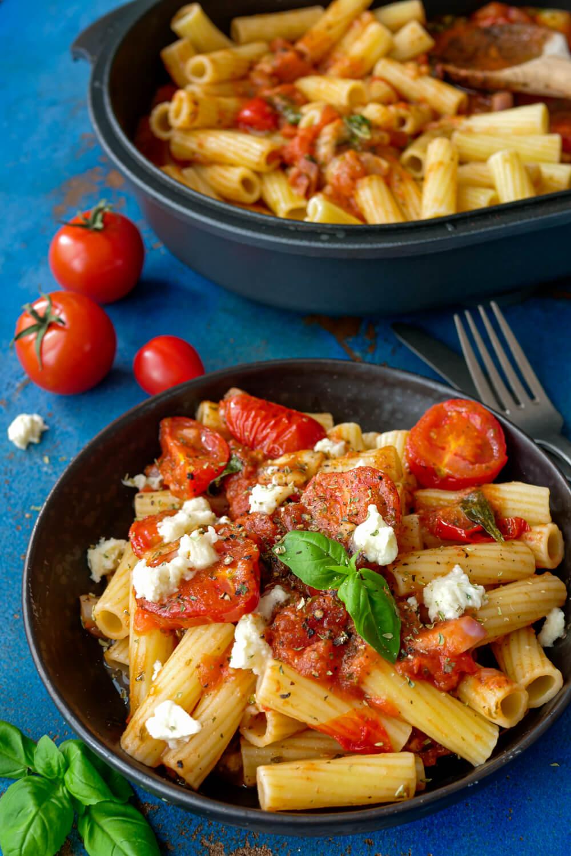 Tomaten-Mozzarella-Sauce zu Rigatoni Nudeln und Basilikum