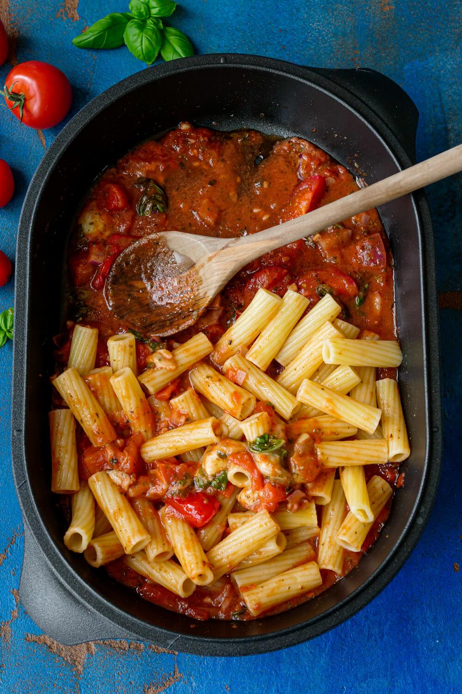 omaten-Mozzarella-Sauce mit Basilikum und Nudeln in der Auflaufform