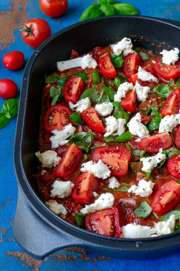 Tomatensauce mit Mozzarella und Basilikum in der Auflaufform