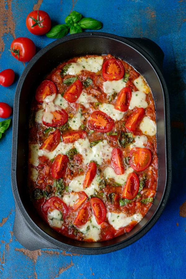Tomatensoße aus dem Ofen mit Mozzarella und Basilikum