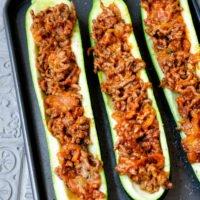 Zucchinihälften mit Hackfleisch gefüllt auf dem Backblech