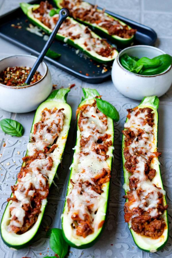 Zucchini mit Hackfleischfüllung, Mozzarella überbacken und Basilikum