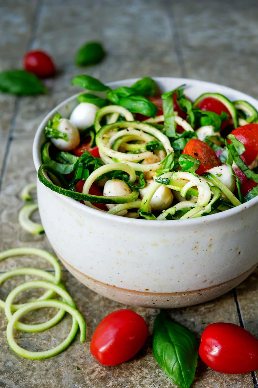 Zucchinisalat Rezepte mit Zucchininudeln, Tomaten, Mozzarella und Basilikum
