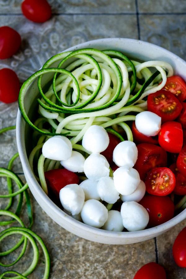 Zutaten für den Zucchinisalat: Zucchininudeln, Tomaten und Mozzarella