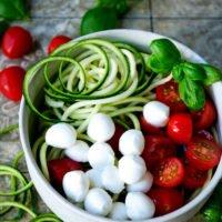 Einfacher Zucchinisalat mit Tomaten, Mozzarella und Basilikum