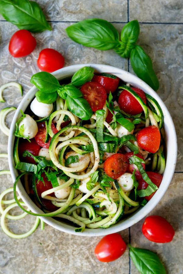 Zucchinisalat mit Tomaten, Zucchininudeln, Mozzarella und Basilikum
