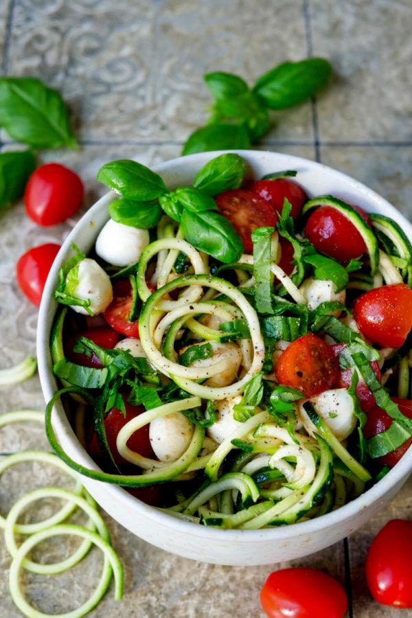 Roher Zucchinisalat mit Tomaten, Mozzarella und Basilikum