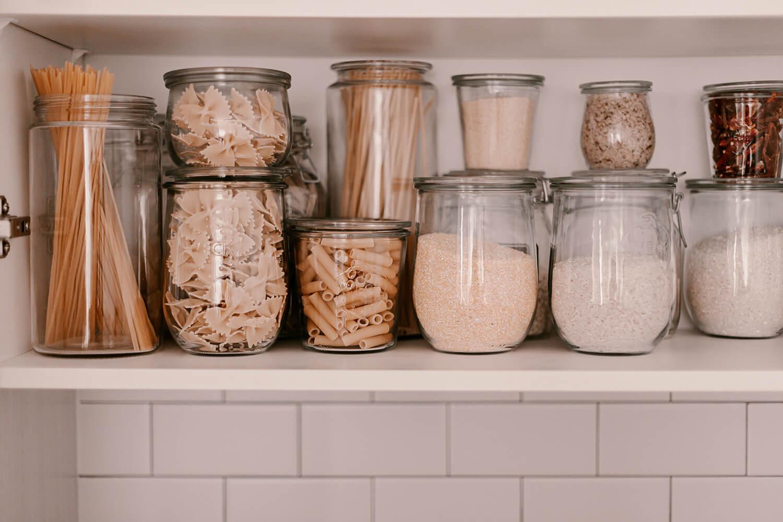 Gläser in unterschiedlichen Größen mit Vorräten an Nudeln und Mehlsorten