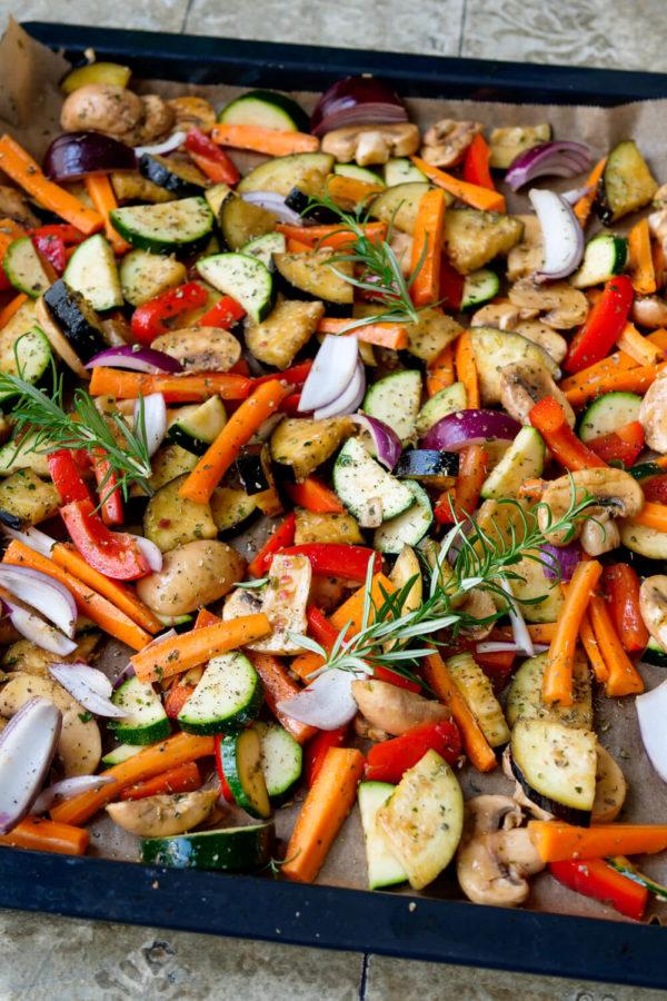 Antipasti vom Blech mit Aubergine, Champignons, Zucchini, Paprika und Zwiebeln