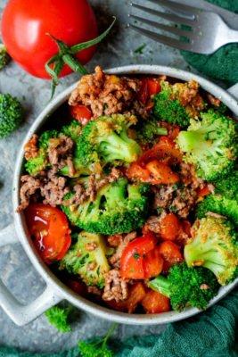 Schnelle Brokkoli-Hackfleisch-Pfanne mit Tomaten und Petersilie