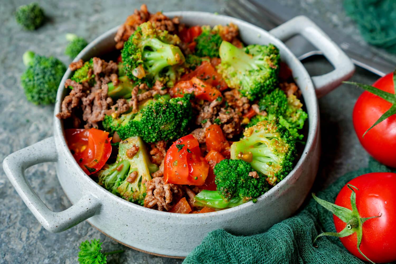 Brokkoli-Hackfleisch-Pfanne mit Tomaten auf dem tiefen Teller