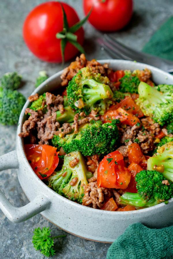 Brokkoli-Hackfleisch-Pfanne mit Tomaten, Zwiebeln und Kräutern