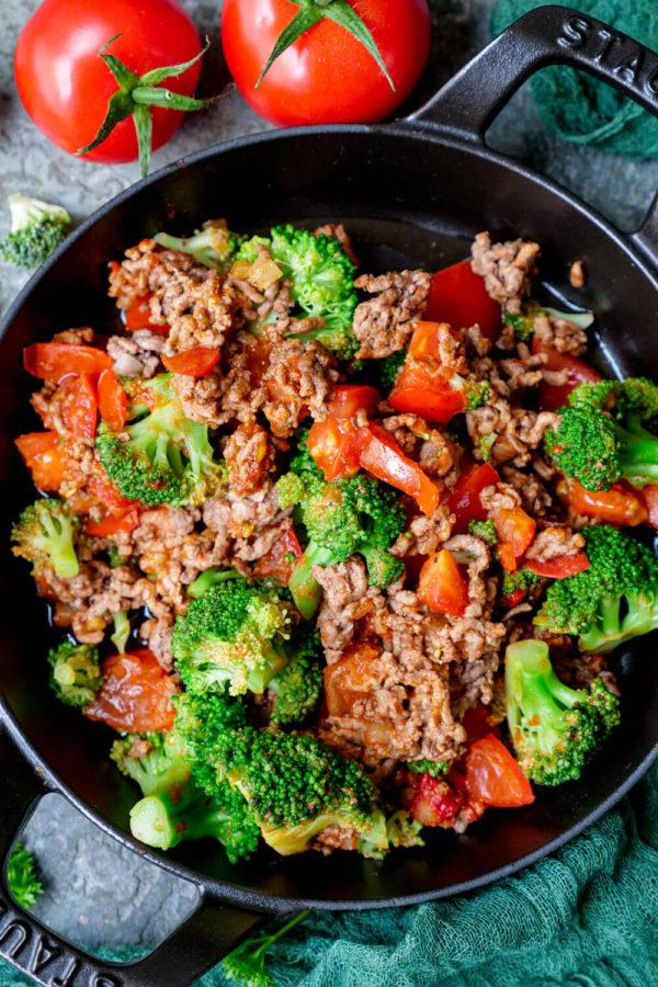 Brokkoli-Hackfleisch-Pfanne mit Tomaten und Zwiebeln