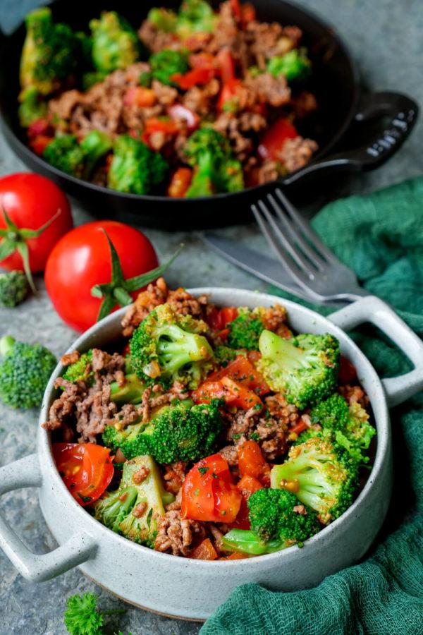 Einfache Brokkoli-Hackfleisch-Pfanne mit gewürfelten Tomaten