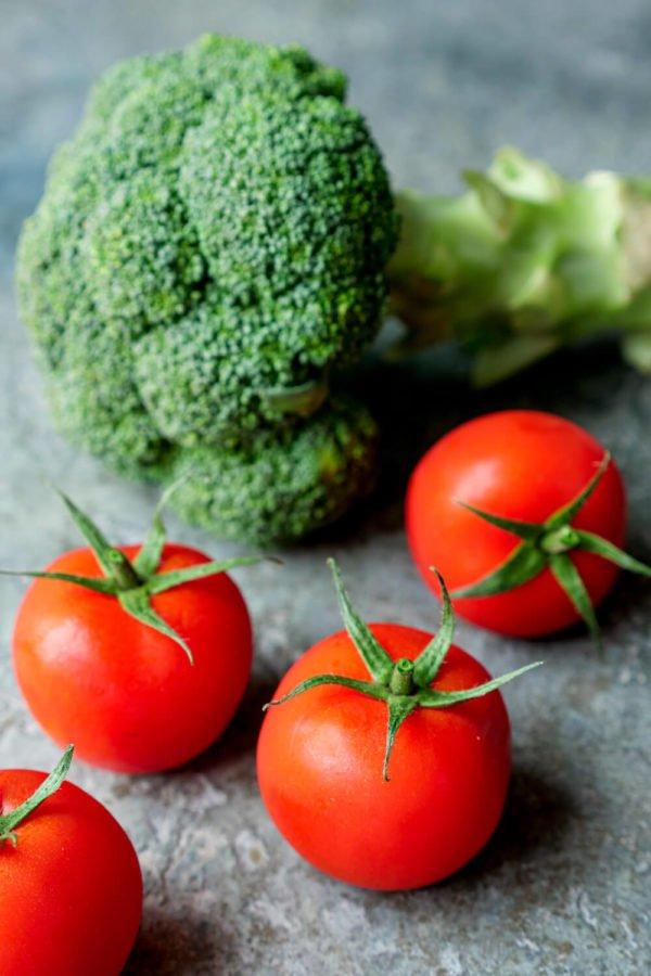 Brokkoli Kopf und Tomaten