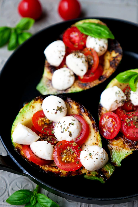 Gegrillte Zucchini mit Tomaten und Mozzarella in der Pfanne