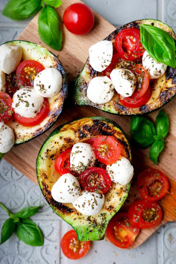 Vegetarisch gegrillte Zucchini mit einer Füllung aus Tomaten und Mozzarella