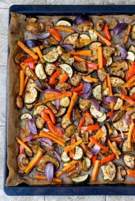 Gegrilltes Gemüse aus dem Ofen auf dem Backblech