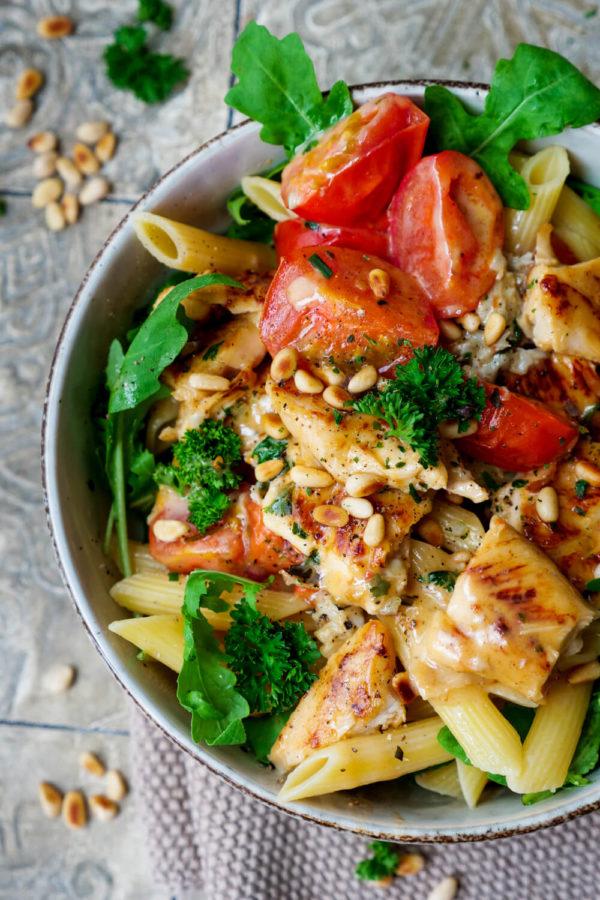 Gorgonzola-Sahne-Sauce mit Hähnchen, Tomaten, Pinienkernen und Rucola zu Nudeln