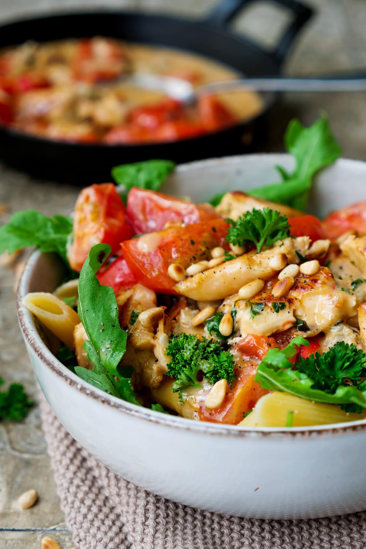 Einfache Gorgonzola-Sahne-Soße mit Tomaten, Rucola und Nudeln